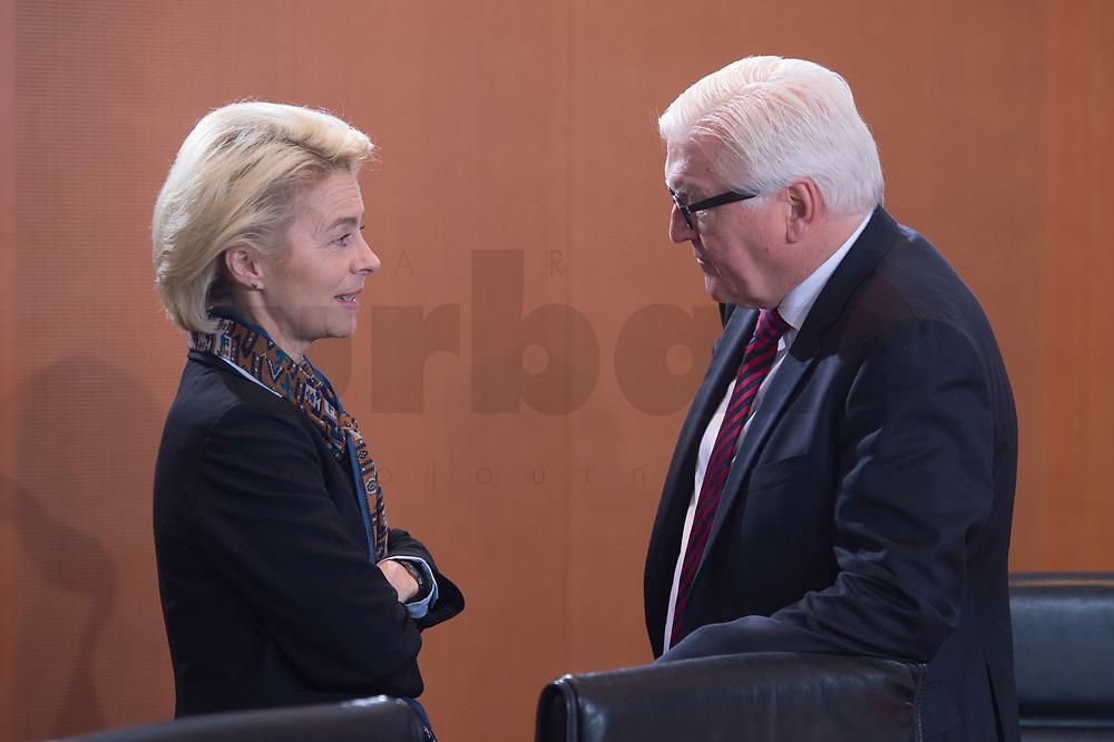 13 JAN 2016, BERLIN/GERMANY:<br /> Ursula von der Leyen (L), SPD, Bundesverteidigungsministerin, und Frank-Walter Steinmeier (R), SPD, Bundesaussenminister, im Gespraech, vor Beginn einer Kabinettsitzung, Budneskanzleramt<br /> IMAGE: 20160113-01-008<br /> KEYWORDS: Kabinett, Sitzung, Gespräch