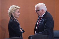 13 JAN 2016, BERLIN/GERMANY:<br /> Ursula von der Leyen (L), SPD, Bundesverteidigungsministerin, und Frank-Walter Steinmeier (R), SPD, Bundesaussenminister, im Gespraech, vor Beginn einer Kabinettsitzung, Budneskanzleramt<br /> IMAGE: 20160113-01-008<br /> KEYWORDS: Kabinett, Sitzung, Gespr&auml;ch