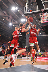 21.06.2015, Brose Arena, Bamberg, GER, Beko Basketball BL, Brose Baskets Bamberg vs FC Bayern Muenchen, Playoffs, Finale, 5. Spiel, im Bild John Bryant (FC Bayern Muenchen / Mitte) unter dem Korb der Brose Baskets Bamberg. Daniel Theis (Brose Baskets Bamberg / links) und Ryan Thompson (Brose Baskets Bamberg / rechts) versuchen zu blocken. // during the Beko Basketball Bundes league Playoffs, final round, 5th match between Brose Baskets Bamberg and FC Bayern Muenchen at the Brose Arena in Bamberg, Germany on 2015/06/21. EXPA Pictures &copy; 2015, PhotoCredit: EXPA/ Eibner-Pressefoto/ Merz<br /> <br /> *****ATTENTION - OUT of GER*****
