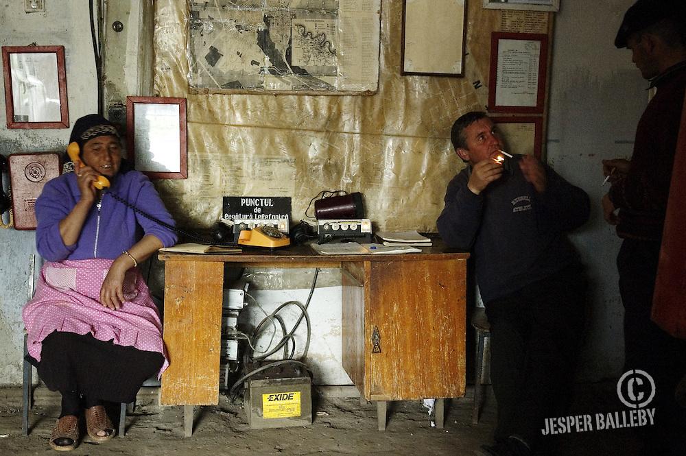 Moldawien, Republik Moldau, Soroca, Feuerwache. Die Frau auf der linken Seite wohnt in der Nähe der Feuerwache. Sie kommt ab und an vorbei, da die Brandstation eines der wenigen funktionierenden Telefone der Region hat.Moldova, Soroca, Fire Station. The woman to the left is one of the locals who drop by to use the telephone at the fire station since they have one of the few working phone lines in the area, 05/2005 © 2010 Jesper Balleby / Agentur Focus