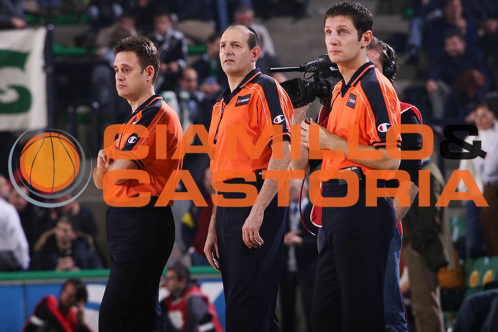 DESCRIZIONE : Treviso Eurolega 2005-06 Benetton Treviso Union Olimpia Lubiana <br /> GIOCATORE : Arbitri <br /> SQUADRA : <br /> EVENTO : Eurolega 2005-2006 <br /> GARA : Benetton Treviso Union Olimpia Lubiana <br /> DATA : 15/12/2005 <br /> CATEGORIA : <br /> SPORT : Pallacanestro <br /> AUTORE : Agenzia Ciamillo-Castoria/S.Silvestri