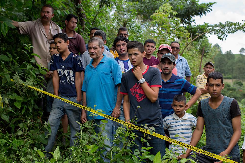 San Pedro Sula, Honduras<br /> <br /> Jessica Henriques 26, &auml;r &auml;nka sedan n&aring;gra timmar tillbaka. Hennes man Juan 40, sk&ouml;ts ihj&auml;l av ok&auml;nda m&auml;n n&auml;r han var p&aring; v&auml;g med sin bil.<br /> Nyfikna st&aring;r vid mordplatsen.<br /> <br /> Photo: Niclas Hammarstr&ouml;m