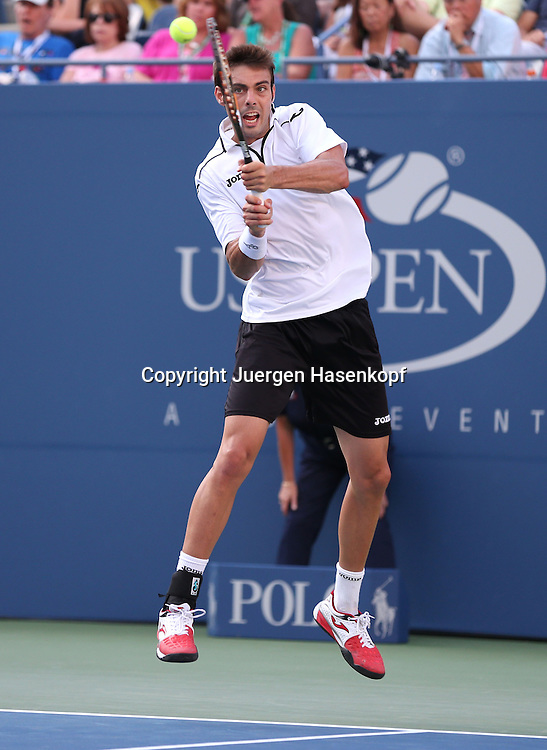 US Open 2013, USTA Billie Jean King National Tennis Center, Flushing Meadows, New York,<br /> ITF Grand Slam Tennis Tournament .<br /> Marcel Granollers (ESP),Aktion,Einzelbild,<br /> Ganzkoerper,Hochformat