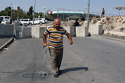 19.10.2015, Jerusalem, ISR, Gewalt zwischen Palästinensern und Israelis, im Bild Kontrollen der Israelischen Sicherheitskräfte im Palästinenser Gebiet // A Palestinian man walks between cement blocks at a newly erected checkpoint in Jerusalem's neighborhood of Issawia on October 19, 2015. Israeli police began erecting a wall in east Jerusalem to protect a Jewish neighbourhood subject to firebomb and stone attacks launched from an adjacent Palestinian village, Israel on 2015/10/19. EXPA Pictures © 2015, PhotoCredit: EXPA/ APAimages/ Mahfouz Abu Turk<br /> <br /> *****ATTENTION - for AUT, GER, SUI, ITA, POL, CRO, SRB only*****