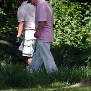 NLD/Naarden/20050526 - Golfmiddag Richard Krajicek Foundation, Rene Froger zoekt bal in bosjes.golfen
