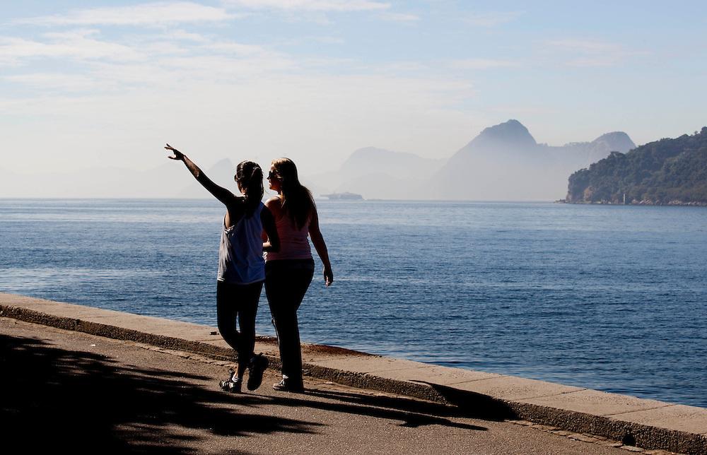 Rio de Janeiro_RJ, Brasil.<br />  <br /> Mulheres caminhando na Bahia de Guanabara na cidade do Rio de Janeiro.<br /> <br /> Women walking near in Bahia de Guanabara in Rio de Janeiro.<br /> <br /> Foto: BRUNO MAGALHAES / NITRO