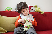 Op de bak met zijn favoriete knuffel 'Kikker'.<br />