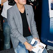 """NLD/Volendam/20121018 - Boekpresentatie """" Het geheim van de Smit, Jan Smit op zijn knieen"""