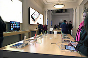 Nederland, Amsterdam, 16-11-2013De applestore met tafels vol ipads en andere apple producten.Foto: Flip Franssen/Hollandse Hoogte