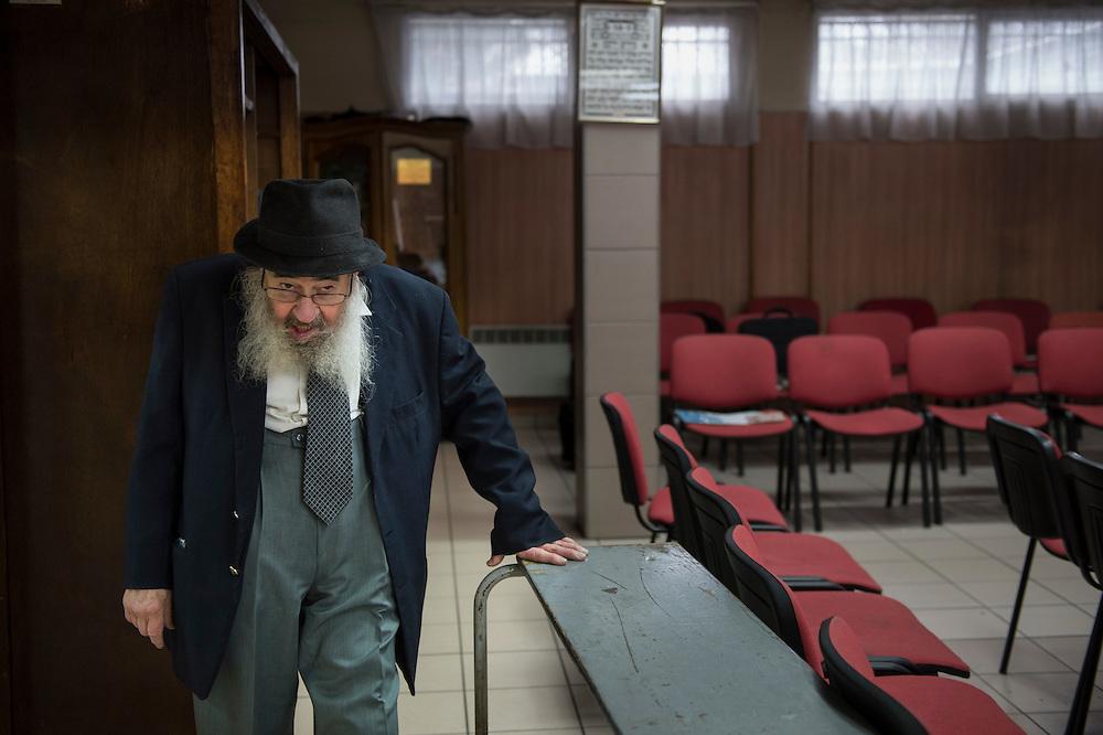 Jacques Galimidi, een gelovige, in de synagoge in Garges-lès-Gonesse. Sinds de aanslagen in Parijs worden alle joodse instellingen door het Franse leger bewaakt. Deze synagoge wordt al jaren vanaf de onringende flats begooid met voorwerpen. De ramen werden in juni 2014 ingegooid.