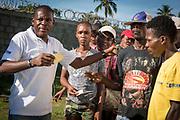 Haïti, Département du Sud. À la suite du passage de l'ouragan Matthew en octobre 2016, des milliers d'agriculteurs et d'agricultrices ont bénéficié de la distribution de plusieurs variétés de semences, afin de permettre la reprise de l'activité agricole dans cette région considérée comme le grenier d'Haïti. En novembre 2017, plus de 400 personnes ont ainsi reçu des semences de haricots dans la commune de Maniche, pour la campagne d'hiver.