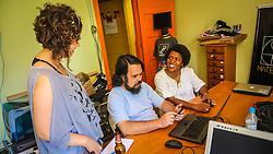 PORTO ALEGRE, RS, BRASIL, 21-01-2017, 12h18'50&quot;:  Desiree dos Santos, 32, discute um projeto com o Artista 3D Joel Grigolo, 46, durante entrevista  para a jornalista Barbara Nickel (&agrave; esq.), no espa&ccedil;o Matehackers Hackerspace, da Associa&ccedil;&atilde;o Cultural Vila Flores, no bairro Floresta da capital ga&uacute;cha. A  Consultora de Desenvolvimento de Software na empresa ThoughtWorks fala sobre as dificuldades enfrentadas por mulheres negras no mercado de trabalho.<br /> (Foto: Gustavo Roth / Ag&ecirc;ncia Preview) &copy; 21JAN17 Ag&ecirc;ncia Preview - Banco de Imagens