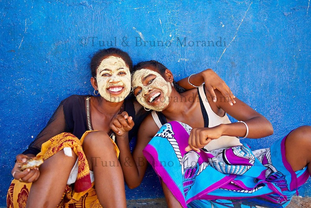 Madagascar. Tulear. Femme portant un masque traditionnel. // Madagascar. Tulear. Women Wearing Clay on Faces as Sunblock.