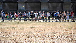 © Licensed to London News Pictures. 06/08/2018. London, UK. People queue next to parched grounds at Westminster Abbey in London as hot weather continues in the capital. Photo credit: Ben Cawthra/LNP