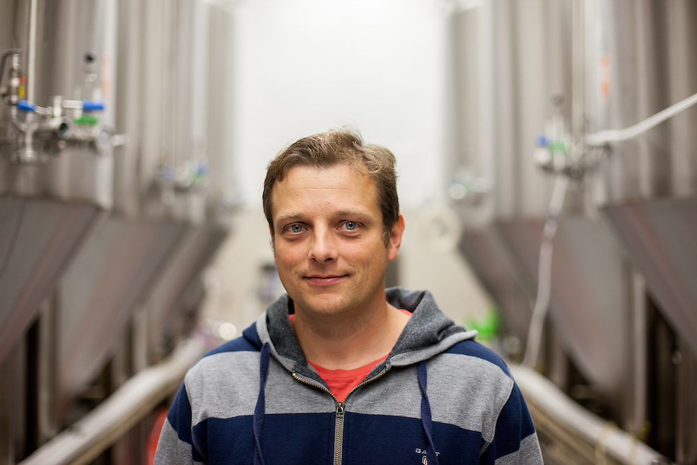 Direktor der Kleinbrauerei in Unetice Herr Ing. Stepan Tkadlec zwischen Braukesseln.