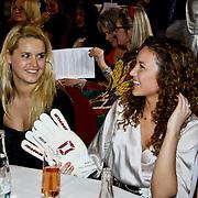 NLD/Amsterdam/20100328 - Veiling voor Engelen van Oranje, Kim  Sanders met de keepershandschoenen van Piet Veldhuizen