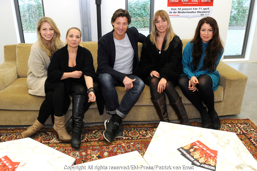 Perspresentatie van De Verleiding van een Moordvrouw van Rick Engelkes Producties in Amsterdam.<br /> <br /> Op de foto:  Rick Engelkes met Sanne Vogel , Nienke R&ouml;mer , Camilla Siegertsz en Sarah Chronis