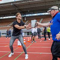 Nederland, Amsterdam , 31 augustus 2017.<br /> Introductie nieuwe collectebus. <br /> VOORTAAN (CONTACTLOOS) PINNEN BIJ DE COLLECTANT MET NIEUWE HYPERMODERNE COLLECTEBUS<br /> Grootse introductie in het Olympisch Stadion met o.a.  Ruud Feltkamp, Loretta Schrijver, John Jones, sporters zoals Maarten Tjallingii, Kees Jan van der Klooster, Fleur Jong en vele anderen!<br /> <br /> Maar liefst 21 goede doelen hebben de handen ineengeslagen voor een nieuwe collectebus. Vanaf 3 september kan er in 50 gemeenten door heel Nederland ook contactloos &eacute;n met pin gegeven worden aan de collectant. Contactloos betalen wordt immers steeds populairder. In 2014 waren er nog maar 8,3 miljoen contactloze transacties en in 2016 steeg dit aantal al tot 630 miljoen. Ook het aantal pinbetalingen groeit; het afgelopen jaar waren er in Nederland voor het eerst zelfs meer pinbetalingen dan contante betalingen.<br /> <br /> Foto: Jean-Pierre Jans