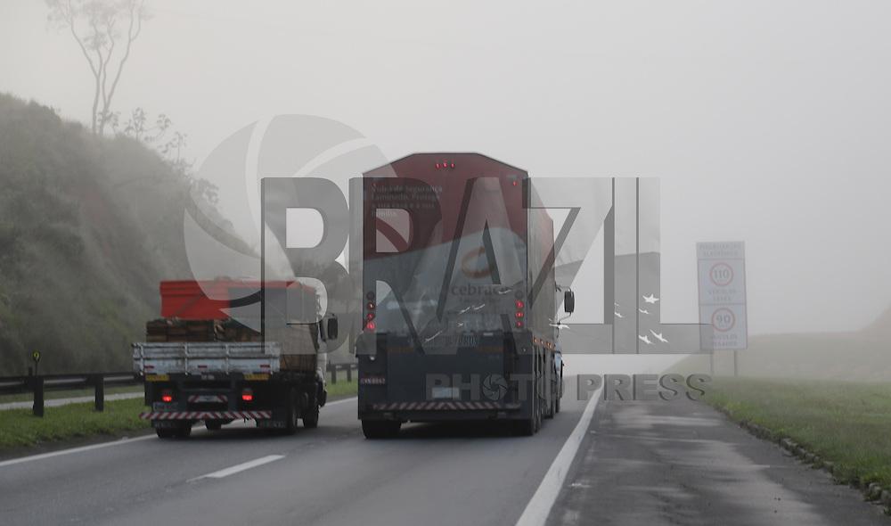 SAO PAULO, SP, 05.07.2013 - CLIMA TEMPO - SAO PAULO - Manha de muita neblina na Rodovia Presidente Dutra sentido Rio de Janeiro nesta sexta-feira, 05. Foto: Vanessa Carvalho - Brazil Photo Press.