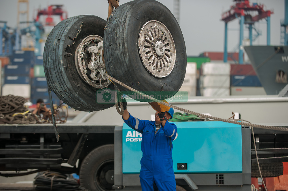 November 3, 2018 - Jakarta, Indonesia - Rescue workers lowered parts from the Lion Air JT610 plane crash at Tanjung Priok Port. (Credit Image: © Muhammad Fauzy/NurPhoto via ZUMA Press)