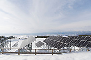 Solpanelerna i Aizu Powers anl&auml;ggning, Oguni Power Plant, &auml;r uppsatta p&aring; h&ouml;ga st&auml;llningar eftersom omr&aring;det ofta f&aring;r stora m&auml;ngder sn&ouml;. <br />