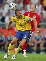 v.l. Olof Mellberg, Wayne Rooney<br /> Fussball WM 2006 Schweden - England<br /> Sverige - England <br /> Norway only