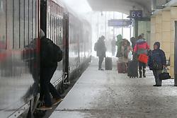 THEMENBILD - Winter in Wien, Österreich. Aufgrund von Schneefall kommt es in Wien zu einem Verkehrschaos und viele Züge sind verspätet, aufgenommen am 09. Februar 2015, . im Bild Fahrgäste // Winter in Vienna, Austria. The image was taken on 2015/02/09. AUT, EXPA Pictures © 2015, PhotoCredit: EXPA/ Sebastian Pucher