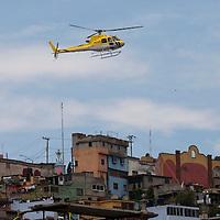 TOLUCA, Mexico.- Helicopteros de invitados especiales del gobernador Enrique Pena Nieto, gobernador del estado de Mexico, aterrizan en el palacio de gobierno al finalizar el sexto y ultimo informe. Agencia MVT / Mario Vazquez de la Torre. (DIGITAL)