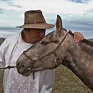Mongolia. portrait of horses breeders with kid  in the steppe, in Hundlun Bulag .  near  Ulanbaatar -  / eleveurs, portrait avec cheval et enfant dans la steppe, a Hundlun Bulag pres de  Oulan Bator - Mongolie / L0009353B