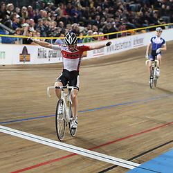 Nino Honigh wint de puntenkoers voor junioren voor Maikel Bos en Etienne van Empel
