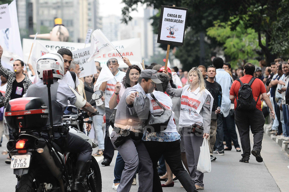 SAO PAULO, SP, 19 ABRIL 2013 - ATO UNIFICADO FUNCIONALISMO PUBLICO - Manidestantes durante ato unificado de protesto do funcionalismo público estadual no vão livre do Masp na tarde desta sexta-feira, 19. (FOTO: ADRIANO LIMA / BRAZIL PHOTO PRESS).