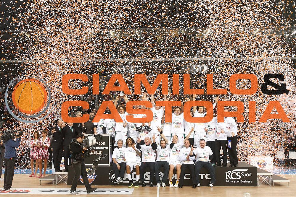 DESCRIZIONE : Torino Coppa Italia Final Eight 2011 Finale Montepaschi Siena Bennet Cantu<br /> GIOCATORE : Team Squadra<br /> SQUADRA : Montepaschi Siena<br /> EVENTO : Agos Ducato Basket Coppa Italia Final Eight 2011<br /> GARA : Montepaschi Siena Bennet Cantu<br /> DATA : 13/02/2011<br /> CATEGORIA : esultanza premiazione award<br /> SPORT : Pallacanestro<br /> AUTORE : Agenzia Ciamillo-Castoria/P.Lazzeroni<br /> Galleria : Final Eight Coppa Italia 2011<br /> Fotonotizia : Torino Coppa Italia Final Eight 2011 Finale Montepaschi Siena Bennet Cantu<br /> Predefinita :