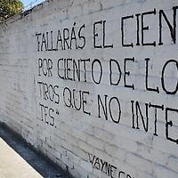 Toluca, México.- Manuel Alejandro Ceballos, encargado de Acción Poética en la capital mexiquense, Asociacion civil creada en la ciudad de Monterrey desde 1996, el cual tiene como propósito promover la poesia e incentivar la lectura entre la gente de la localidad que trasnsita por las calles y no acude a una bliblioteca o librerÍa frecuentemente, unos de lo métodos utilizados es por medio de pintas en los muros, en las cuales plasman fráses célebres de escritores y poetas reconocidos en el mundo. Agencia MVT / Arturo Hernández S.