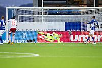 1. divisjon fotball 2015: Hødd - Fredrikstad. Fredrikstads Rafael Edgardo Burgos (nr 14) setter inn 1-1 forbi keeper Aslak Falch i førstedivisjonskampen mellom Hødd og Fredrikstad på Høddvoll.