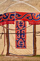 Kirghizistan, province de Naryn, le lac de Song Kol, campements de yourte des nomades Kirghiz, detail d'une porte// Kyrgyzstan, Naryn province, Song Kol lake, Kirghiz nomad's yurt camp, door detail
