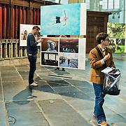 De Nieuwe Kerk Amsterdam opent op vrijdag 18 april World Press Photo 14, als startlocatie van de lange wereldtour van de internationale persfotowedstrijd. De tentoonstelling bevat ruim 150 indrukwekkende persfoto's van 53 prijswinnaars, in negen categorieën. De bezoeker maakt in de kerk een fotografische wereldreis door alle continenten en langs de meest uiteenlopende thema's en historische gebeurtenissen uit 2013. De jaarwinnaar is John Stanmeyer, USA, met zijn foto Signal, gemaakt voor National Geographic. Dit mystieke beeld toont hoe Afrikaanse migranten op een strand bij de stad Djibouti met hun telefoons trachten signaal op te vangen uit buurland Somalië. De wedstrijd heeft ook een Nederlands succes opgeleverd: in de categorie Geobserveerde portretten won Carla Kogelman met haar serie Ich bin Waldviertel de eerste prijs. Kogelman portretteert hierin Hannah en Alena, twee zusjes in het Oostenrijkse dorp Merkenbrechts. Behalve de winnende foto's, zes per categorie, zijn ook de winnaars van de multimedia-wedstrijd te zien. World Press Photo 14 is van vrijdag 18 april tot en met zondag 22 juni 2014 te zien in De Nieuwe Kerk. Op de foto: tv-presentatrice Andrea van Pol was ook bij de perspreview aanwezig.