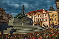 Prague, la ville aux mille tours et mille clochers, n&rsquo;a pas seulement inspire Andre Breton et les surrealistes. Chaque annee, la belle Tcheque seduit des millions d&rsquo;admirateurs du monde entier. Monuments, fa&ccedil;ades et statues racontent une histoire mouvementee ou planent les ombres du Golem, de Mucha ou de Kafka.<br /> Depuis 1992, le centre ville historique est inscrit sur la liste du patrimoine mondial par l'UNESCO<br /> <br /> La place de la Vieille-Ville (Staromestske namesti) est situee au c&oelig;ur du centre historique de la capitale tcheque.<br /> Statue de Jean Hus