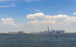 THEMENBILD - Staten Island ist einer der fuenf Stadtbezirke (Boroughs) von New York City. Im suedwesten der Stadt gelegen ist Staten Island sowohl der suedlichste Teil von der Stadt als auch vom Bundesstaate New York. Der Bezirk ist von New York getrennt durch den New York Bay, im Bild die Skyline von Manhattan, Aufgenommen am 09. August 2016 // Staten Island is one of the five boroughs of New York City. In the southwest of the city, Staten Island is the southernmost part of both the city and state of New York. The borough is separated from New York by New York Bay. This picture shows the skyline of Manhattan, New York City, United States on 2016/08/09. EXPA Pictures © 2016, PhotoCredit: EXPA/ Sebastian Pucher
