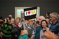 DEU, Deutschland, Germany, Wismar, 19.09.2017: Wahlveranstaltung der CDU mit Bundeskanzlerin Dr. Angela Merkel in der Markthalle. Unterstützer mit I love Raute Schild.