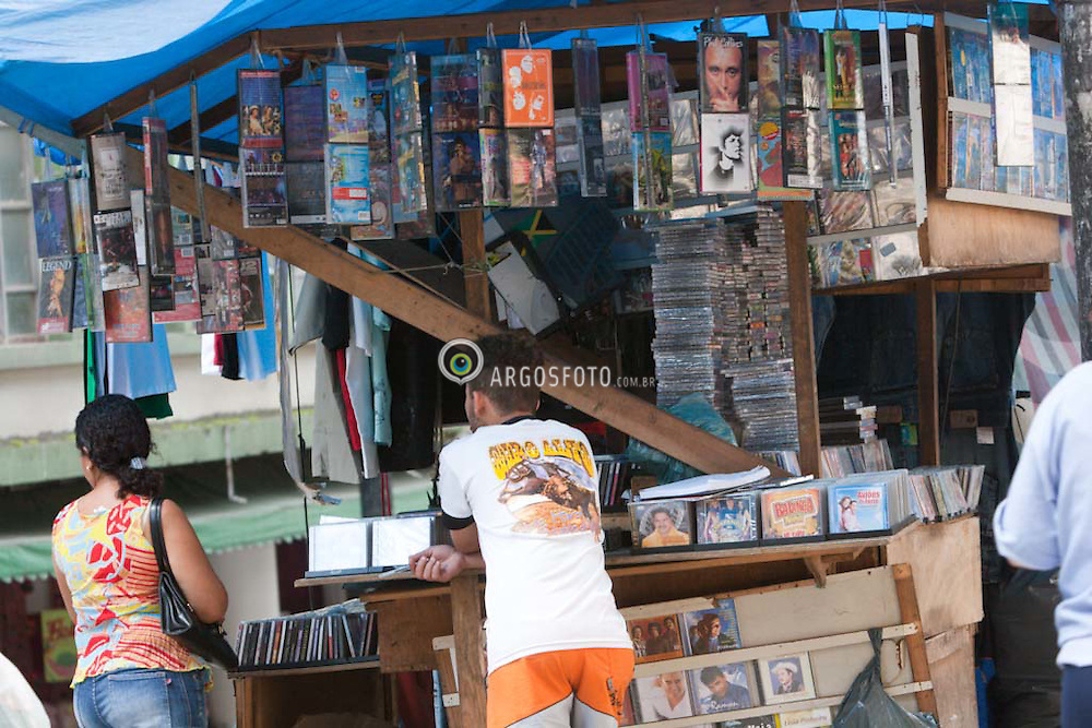 Copias piratas de CDs e DVDs sendo vendidas livremente por camelos no centro de Sao Paulo / Pirated copies of DVDs and CDs are sold on the street in downtown Sao Paulo, Brazil on November 16, 2005.