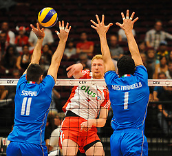 17.09.2011, Stadthalle, Wien, AUT, CEV, Europaeische Volleyball Meisterschaft 2011, Halbfinale, Italien vs Polen, im Bild Piotr Nowakowski, (POL, #1, Middle-Blocker) gegen Cristian Savani, (ITA, #11, Wing-Spiker) und Luigi Mastrangelo, (ITA, #1, Middle-Blocker) // during the european Volleyball Championship Semi Final Italy vs Poland, at Stadthalle, Vienna, 2011-09-17, EXPA Pictures © 2011, PhotoCredit: EXPA/ M. Gruber