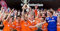 ROTTERDAM - Vreugde bij de spelers van Bloemendaal, zondag na de finale van de Euro Hockey League in Rotterdam tussen Bloemendaal en het Duitse UHC Hamburg (5-4).  In het midden aanvoerder Teun de Nooijer met de beker.