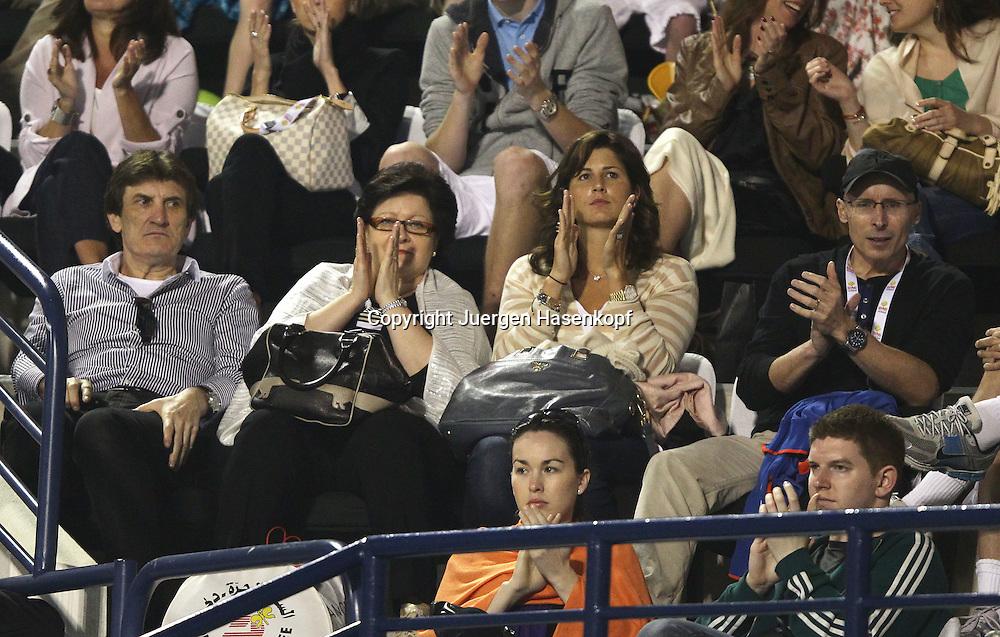 Dubai Tennis Championships 2011, ATP Tennis Turnier,International Series, Dubai Tennis Stadium,U.A.E. Roger Federer (SUI) clan auf der Tribuene, Ehefrau Mirka mit ihren Eltern,
