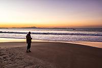 Silhueta de homem na Praia da Lagoinha durante crepúsculo. Florianópolis, Santa Catarina, Brasil. / Silhouette of a man standing on Lagoinha Beach at dusk. Florianopolis, Santa Catarina, Brazil.