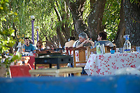 GENTE DE NACIONALIDAD ARGENTINA ALMORZANDO EN UNA PARRILLA TIPICA AL AIRE LIBRE, DIQUE LUJAN, PROVINCIA DE BUENOS AIRES, ARGENTINA (PHOTO © MARCO GUOLI - ALL RIGHTS RESERVED)