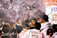 Fotball<br /> Ecuador<br /> Foto: PikoPress/Digitalsport<br /> NORWAY ONLY<br /> <br /> Patricio Urrutua (C) of Liga Deportiva Universitaria (LDU) raises the trophy after defeating Fluminense to win their Copa Libertadores final soccer match in Maracana stadium in Rio de Janeiro July 2, 2008