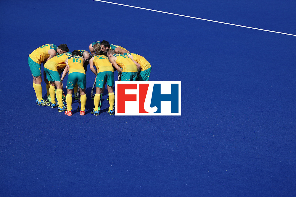 RIO DE JANEIRO, BRAZIL - AUGUST 06:  Team Australia huddles during a Pool A match between New Zealand and Austraiia  on Day 1 of the Rio 2016 Olympic Games at the Olympic Hockey Centre on August 6, 2016 in Rio de Janeiro, Brazil.  (Photo by Sean M. Haffey/Getty Images)