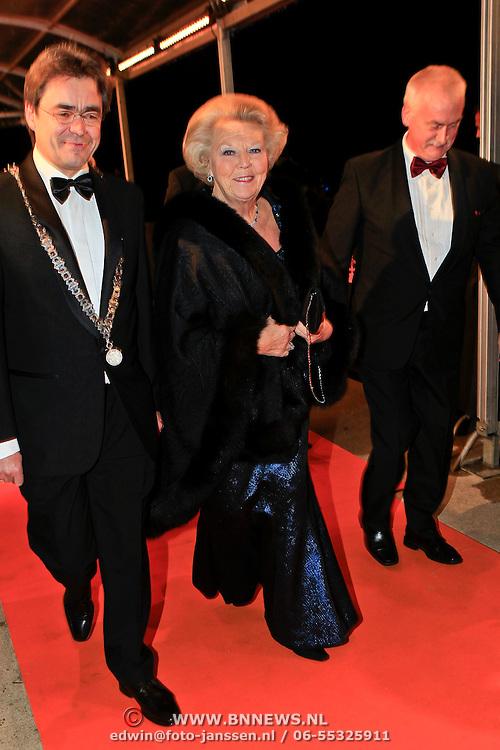 NLD/Katwijk/20101030 - Inloop premiere musical Soldaat van Oranje, aankomst Koninging Beatrix met burgemeester Jos Wienen