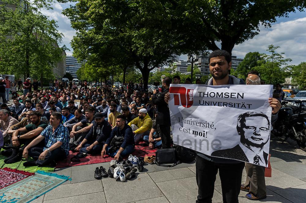 &quot;Thomson Universit&auml;t&quot; steht w&auml;hrend der Kundgebung zur Schlie&szlig;ung des Gebetsraumes der TU Berlin am 20.05.2016 in Berlin, Deutschland auf dem Schild eines Teilnehmers. Ca 200 Muslime hielten vor der Universit&auml;t eine Kundgebung und ein Gebet ab um gegen die Schlie&szlig;ung des Gebetsraumes in der Universit&auml;t zu demonstrieren. Foto: Markus Heine / heineimaging<br /> <br /> ------------------------------<br /> <br /> Ver&ouml;ffentlichung nur mit Fotografennennung, sowie gegen Honorar und Belegexemplar.<br /> <br /> Bankverbindung:<br /> IBAN: DE65660908000004437497<br /> BIC CODE: GENODE61BBB<br /> Badische Beamten Bank Karlsruhe<br /> <br /> USt-IdNr: DE291853306<br /> <br /> Please note:<br /> All rights reserved! Don't publish without copyright!<br /> <br /> Stand: 05.2016<br /> <br /> ------------------------------