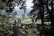 Nederland, Berg en Dal, 24-7-2012Bezoekers van het uitzichtspunt op de Duivelsberg in Berg en Dal op de grens tussen Nederland en Duitsland. De Duivelsberg is een heuvel en natuurreservaat in de gemeenten Ubbergen en Groesbeek in de Nederlandse provincie Gelderland. De 75,9 meter hoge heuvel, in Duits Teufelsberg of Wylerberg , ligt op de stuwwal ten oosten van Nijmegen, tussen Berg en Dal, Beek en de Nederlands-Duitse grens. Het natuurgebied is voornamelijk begroeid met loofbomen. De berg behoorde aanvankelijk toe aan het dorp Wyler in de Duitse gemeente Kranenburg. Na de Tweede Wereldoorlog behoorde de Duivelsberg tot de gebieden die Nederland op 23 april 1949 ten koste van Duitsland annexeerde.Foto: Flip Franssen/Hollandse Hoogte